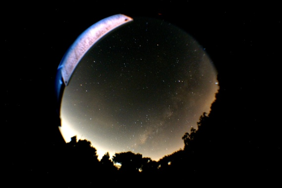 Galaksi Bima Sakti (Milky Way) tampak seperti semburat kabut membentang dari bawak ke kanan atas pada foto. Bawah adalah selatan dan kanan adalah barat. Bagian selatan menunjukkan arah kota Bandung. Cahaya terang mengindikasikan polusi cahaya yang cukup parah. Diambil dari kawasan Observatorium Bosscha. © Alfan Nasrulloh