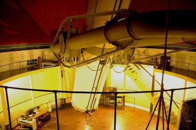 Teleskop Ganda Zeiss seperti lensa kamera raksasa dengan diameter 60 centimeter dan panjang fokus ~10,7 meter. Posisi standby menunggu langit cerah untuk mengamati bintang. © Alfan Nasrulloh/Obs. Bosscha