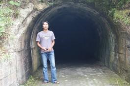 Di depan terowongan